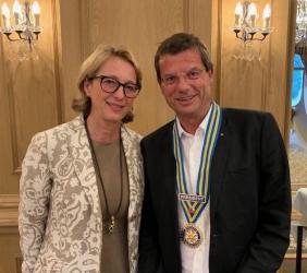 Cornelia Frautschi übergibt das Präsidialamt an Res Mösle und erhält für Ihre Verdienste einen Paul Harris Fellow